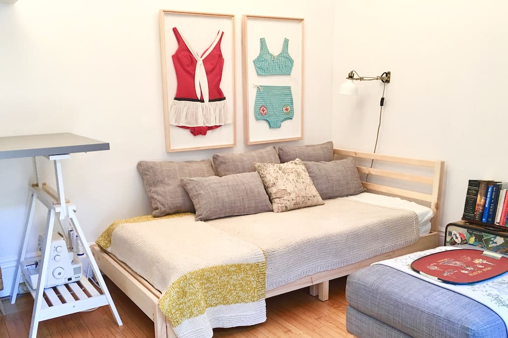 Fresh and Cozy Downtown Studio- Queen or Single, Private entrance