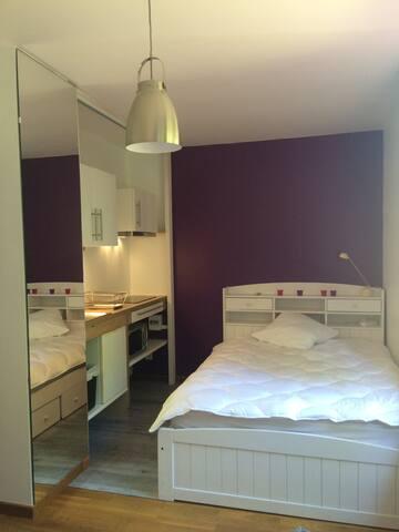 Chambre avec kitchenette au 1er étage d'une maison