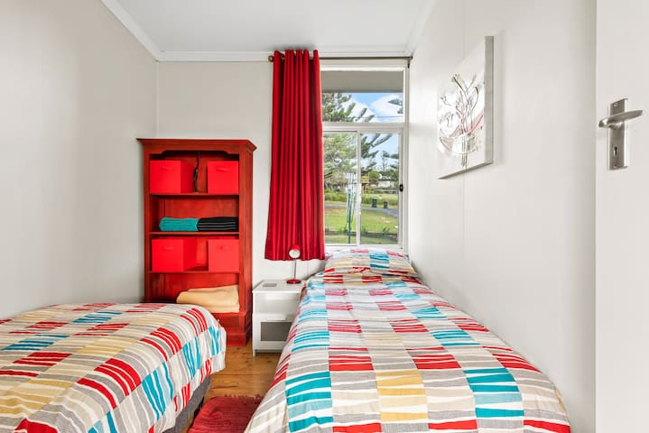 Bedroom 3 with 2x single beds