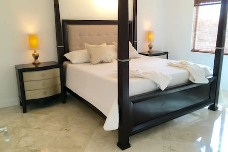 Entire 2 Bed 2 bath with Jacuzzi in th master room