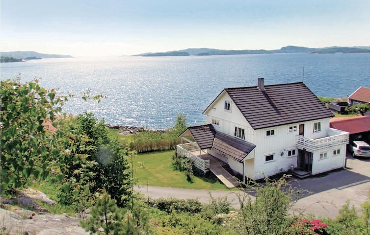 Holiday cottage with 7 bedrooms on 200 m² in Fister