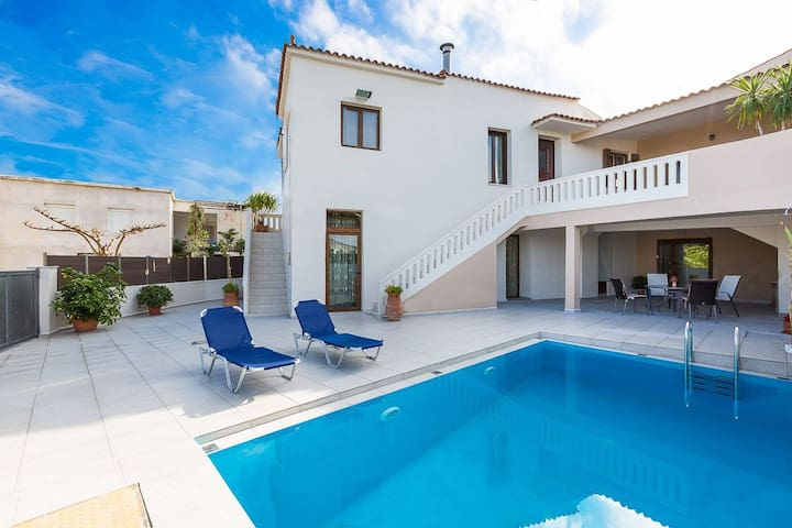 ★ Lefteris Villa with Pool, 3km from the Beach! ★
