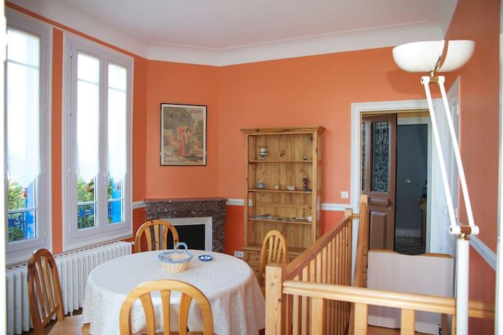 C'est une maison bleue… - Creuzier-le-Vieux - Casa