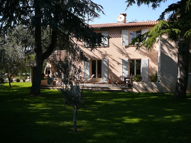 A côté d'Avignon maison spacieuse avec piscine - Villeneuve-lès-Avignon - House