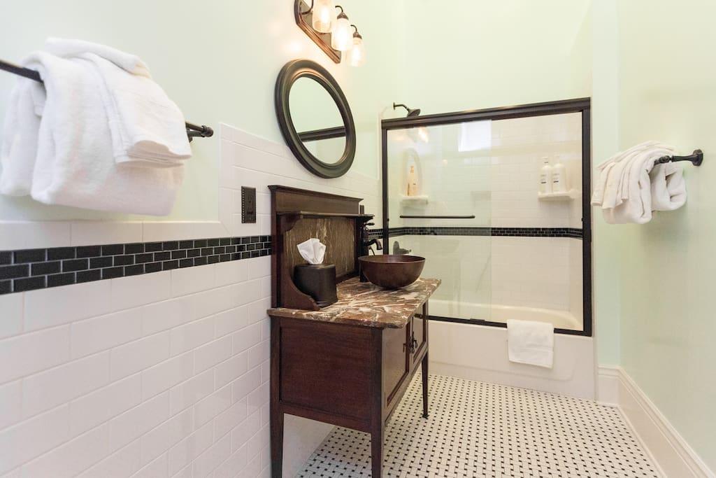 Ensuite Bathroom  w/NEXXUS shampoo & conditioner