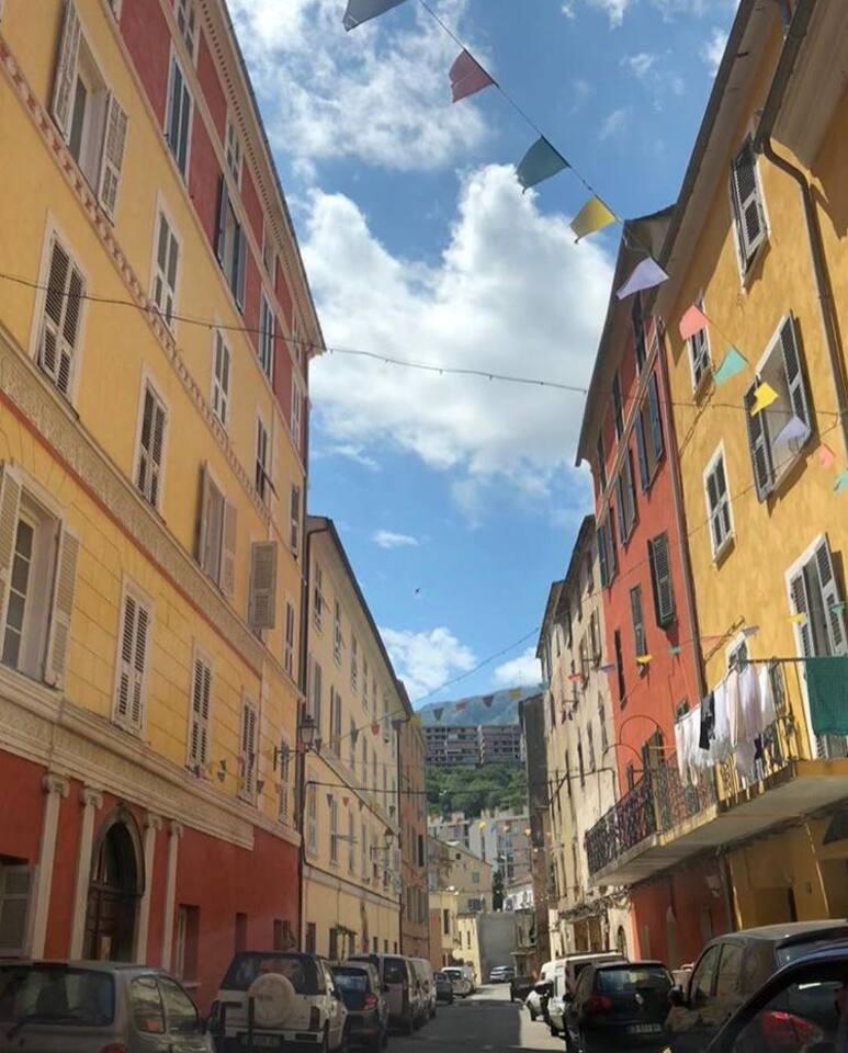 Petite rue calme et charmante du quartier historique de Saint Joseph.