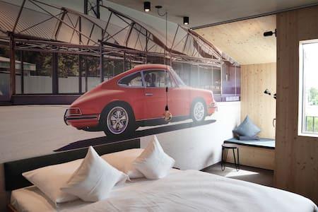 Schlafzimmer mit gemütlicher Relaxnische und kleinem Balkon