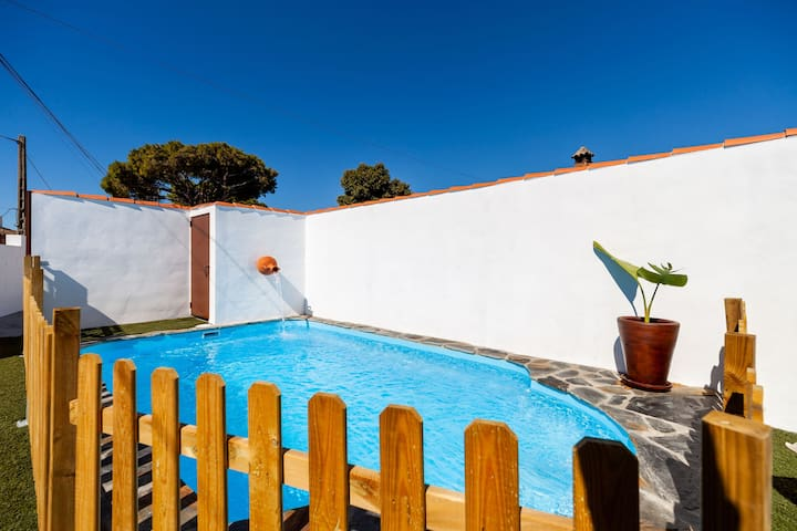 Modernly Furnished Holiday Home with Wi-Fi, Air Conditioning and Pool