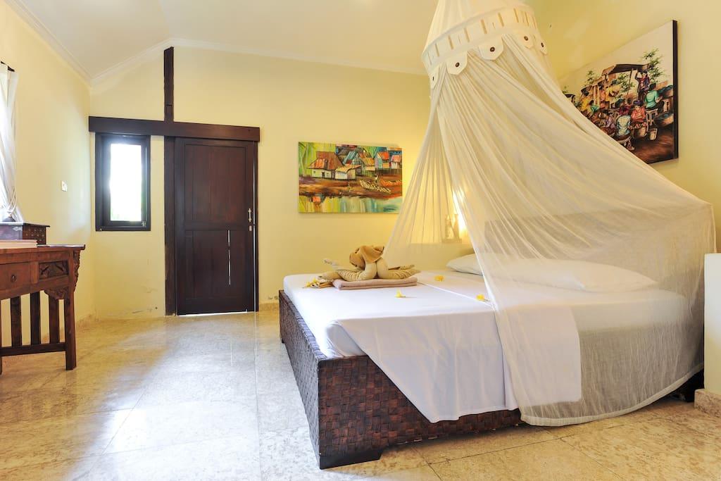 Main bedroom ensuite-king size bed (1)