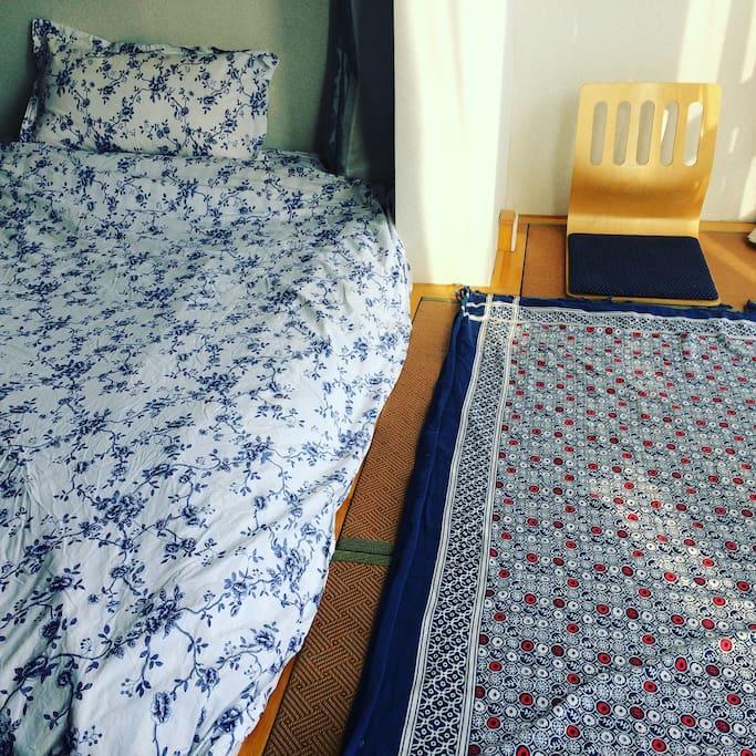 灿烂的yanghuang洒满阳台榻榻米,双人床在一天的日晒后也好暖和和柔软。