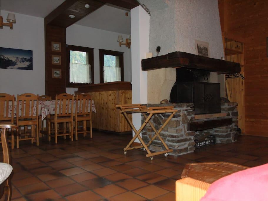 Grande pièce à vivre ouvrant sur terrasse, cheminée,coin cuisine
