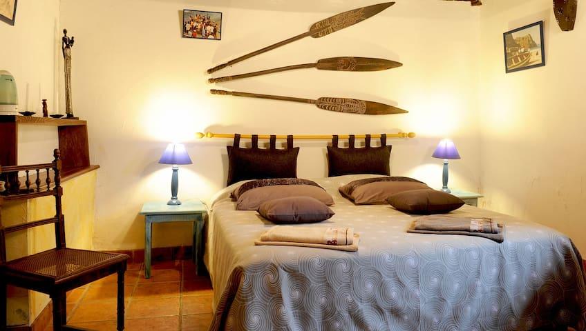 Chambre dans bergerie basque restaurée - Saint-Étienne-de-Baïgorry - Bed & Breakfast