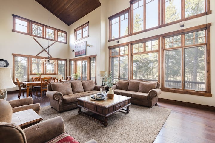 Bison by AvantStay | Stunning Mountain Home w/ Hot Tub & Views