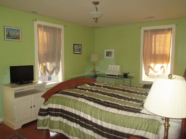 Queen bed and full bath - Baltimore