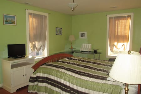 Queen bed and full bath - Baltimore - Rumah