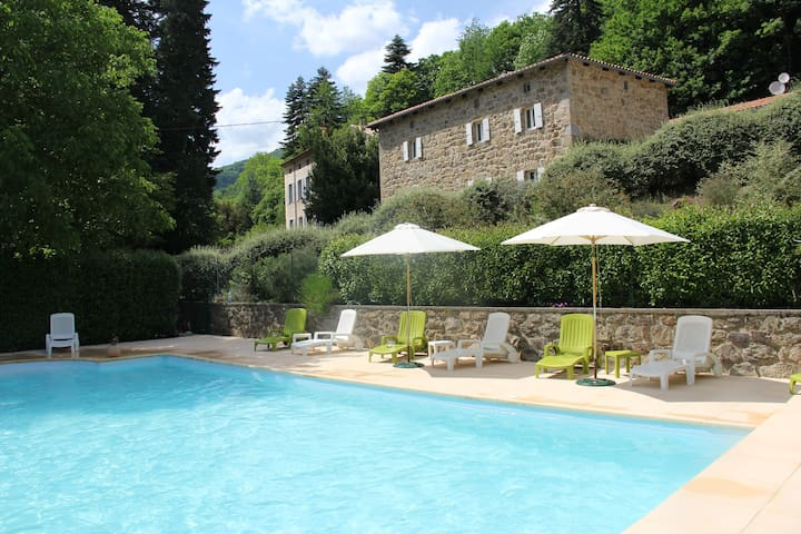 Gîtes, piscine chauffée, espace, calme et confort. - Issamoulenc