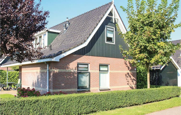 Holiday cottage with 3 bedrooms on 120 m² in Schellinkhout