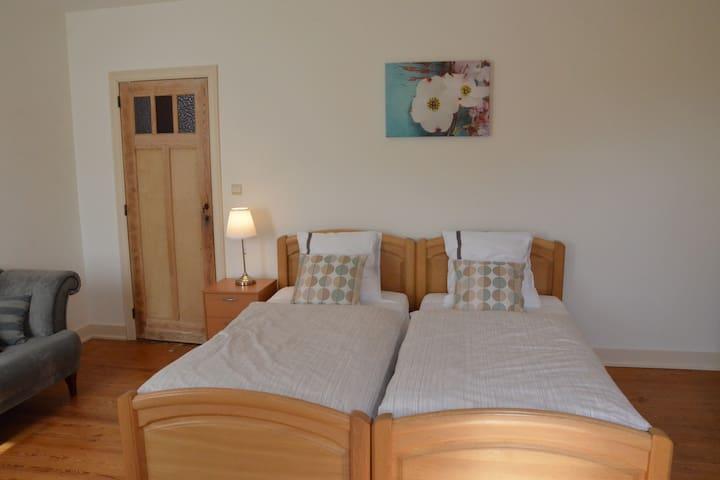 Slaapkamer in ruime woning, rustige buurt.