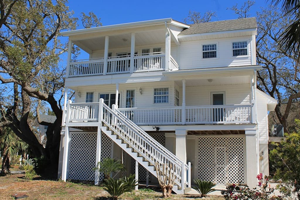 Located in a Private Community on the north end of Tybee Island, this fabulous house features a bright and modern interior with comfortable rooms, a modern kitchen and easy access to the beach.