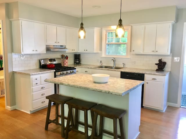 FEB-APR REDUCED! 5% OFF 3+nts! DOWNTOWN Charlevoix