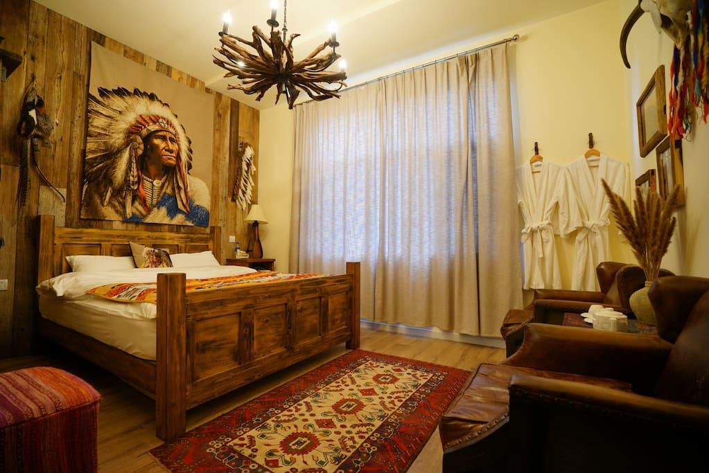 以奥斯卡获奖电影《与狼共舞》为主题的客房,苏族大酋长与您为伴