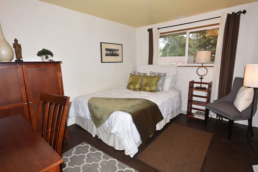 QUeen size bed with memory pillow top mattress, quiet room in the back of the houes overlooking the private yard