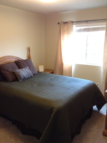Relax in a Quiet & Private bed/bath in W. Omaha - Omaha - Casa