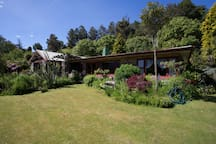 The lodge is situated in a huge garden 30 meters from the lake.