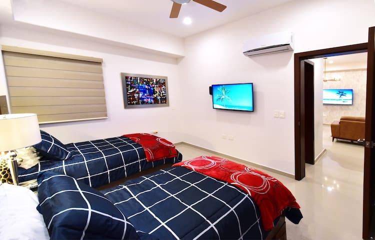 Recamara secundaria con 2 camas estándar, moderno closet y persianas, Smartv Lg de 43 pulgadas con Internet y televisión de cable (Noche)