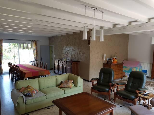 Grande pièce à vivre de 65m2 avec coin salon, salle à manger et espace libre pour enfant ou pour danser...