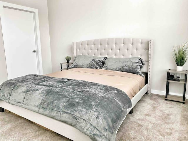 King Bed Suite Near Uptown