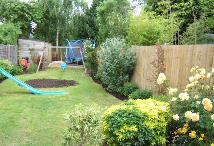 3-bed semi- detached house - Addlestone - House