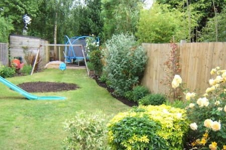 3-bed semi- detached house - Addlestone - Huis