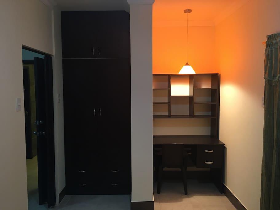 Dormitorio con escritorio y closet