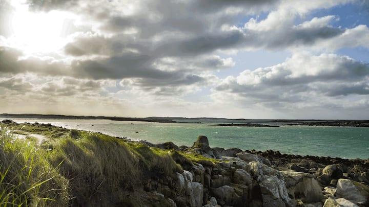 « Penty » breton sur jardin. Aber Wrac'h, Landéda