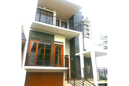 Pesona Asih Sariwangi Villa (Sapphire Guest House) - Parongpong - Villa