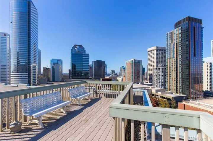 Quiet 1 bedroom condo downtown!