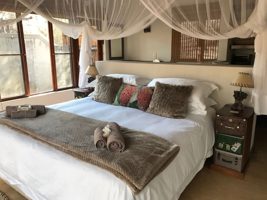 Bedroom with 1 king bed