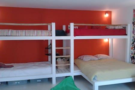 Grande chambre dans une maison charentaise rénovée - Clavette
