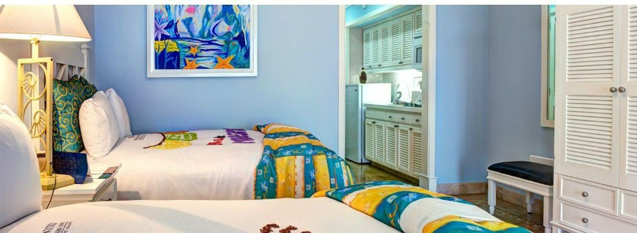 Recamaras amplias ideales para albergar 4 adultos de forma muy cómoda. Poseen 2 camas matrimoniales, cocineta y 1 baño completo. Existe la posibilidad de cambiar las 2 camas matrimoniales por una tipo king size.