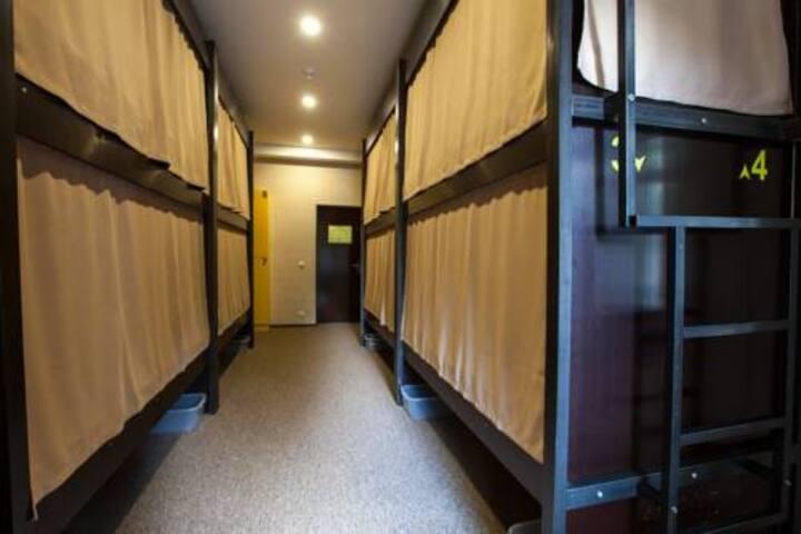 Кровать в 10-местном номере мужчин
