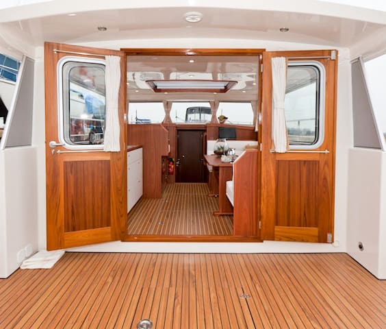 Luxury comfortable yacht in city centre!