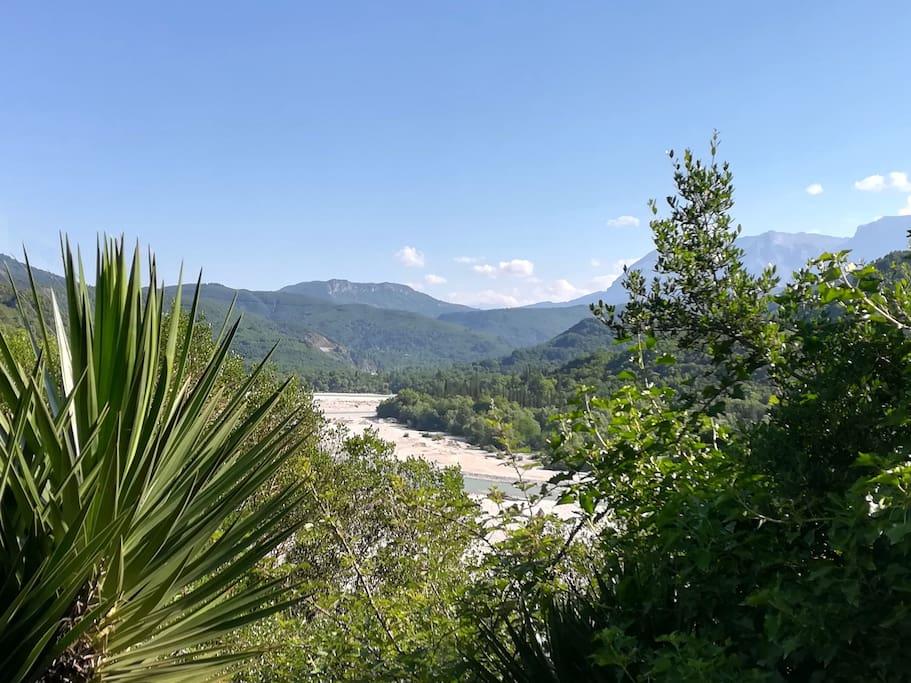 Η θέα στον 'Αραχθο ποταμό από την κρεβατοκάμαρα - The view of Arachthos river from the bedroom