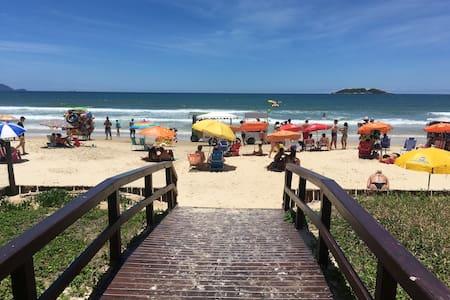 AP c/ saída direta p/ praia (na foto!) & piscina!