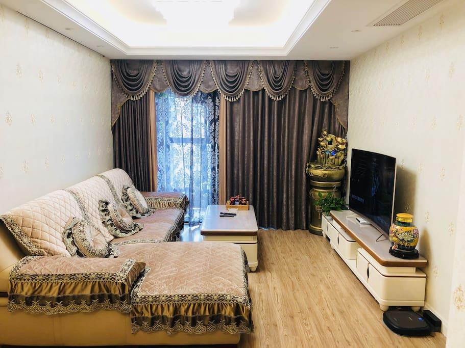 客厅真皮沙发,55寸曲屏智能电视,智能扫地机器人
