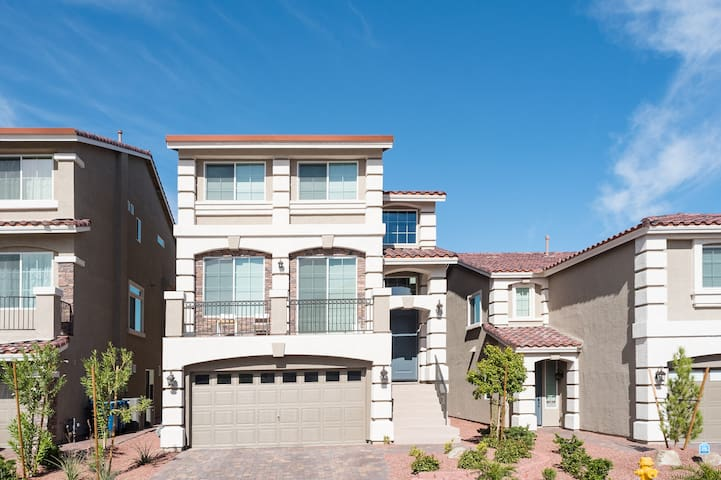 Amazing 3 Story Home-3100sq ft-Perfect Location