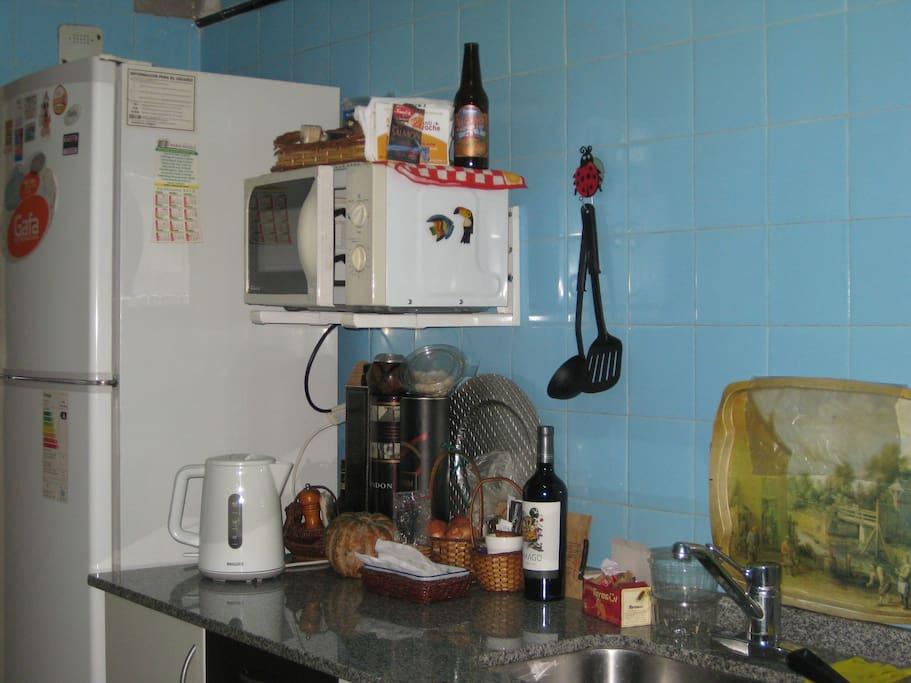 esta es la cocina! es enorme. La heladera tiene mucho espacio y hay microondas y pava eléctrica
