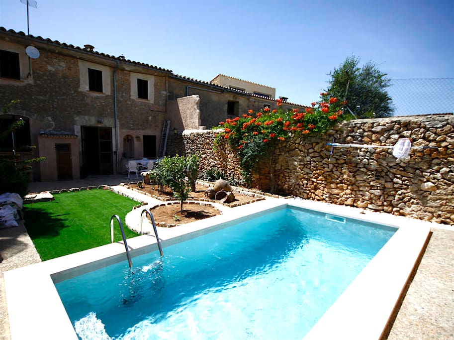 Typical old majorcan house with a private pool maisons for Piscines illes