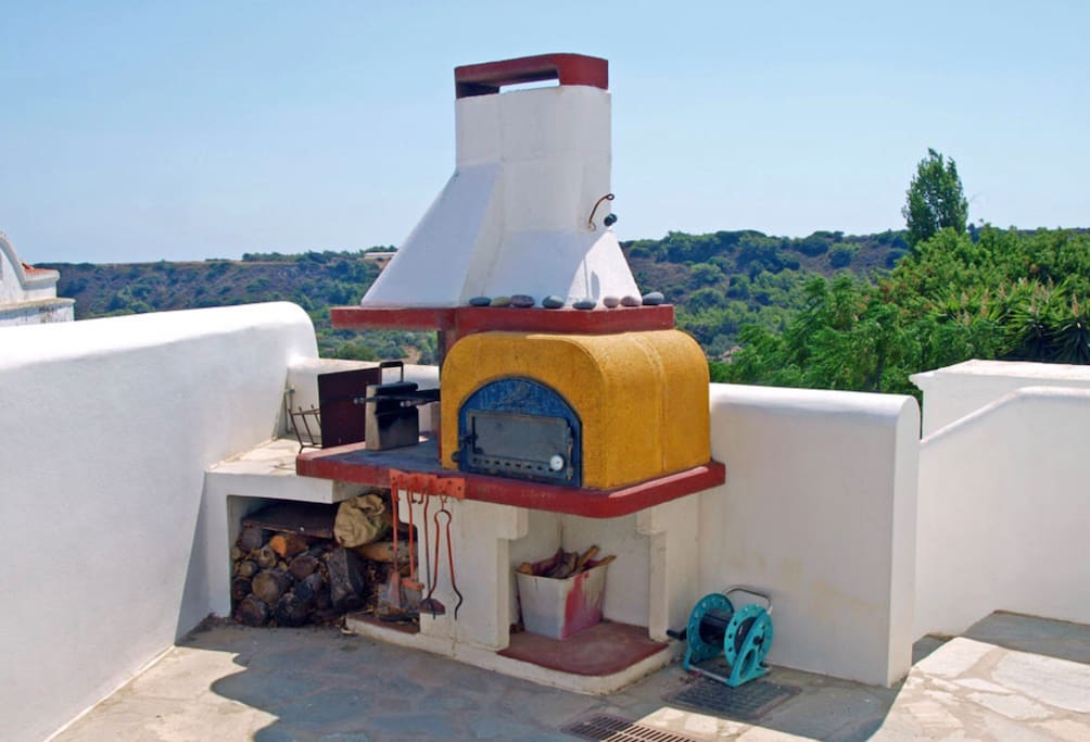 Large outside courtyard space with grill and bread oven