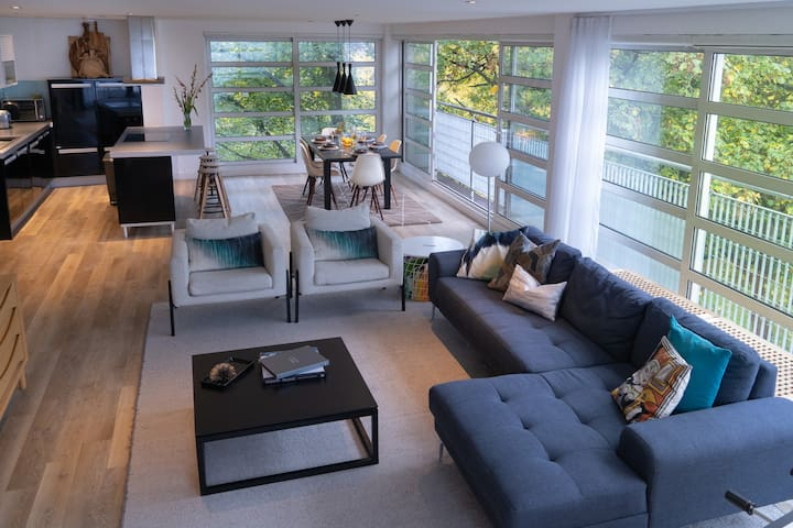 5★Relax in Glass Walled Penthouse Amongst Treetops